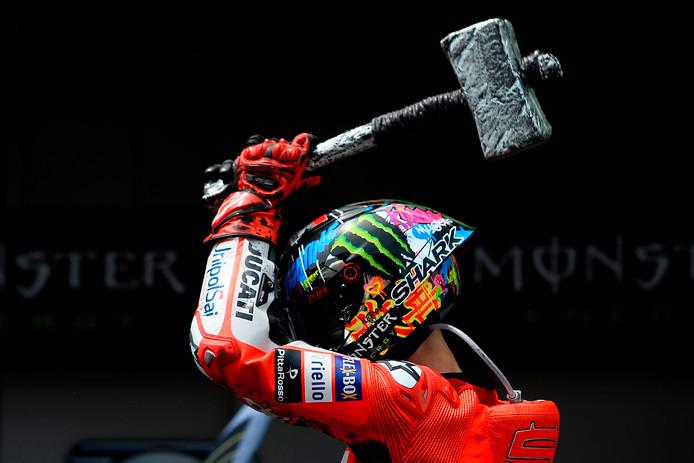 Jorge Lorenzo viert zijn zege in de MotoGP van Catalunya.