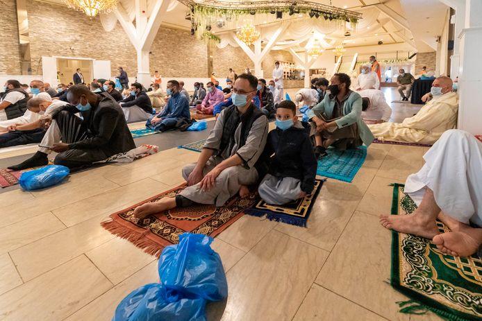 Het jaarlijkse offerfeest is dit jaar anders dan normaal. Op afstand en met mondkapjes. Sommige moskeeën zijn uitgeweken naar sport- en feestzalen, zoals moskee El Islam in Den Haag. Die hield de dienst in zalencentrum Opera.