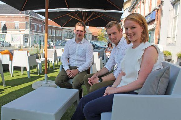 Yanick, Sam en Liesa Dehandschutter in de zomerbar van Sir Kwinten.