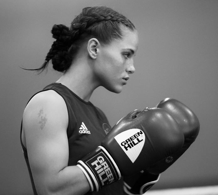 Portret bokskampioen Alicia Holzken uit Queen of the Ring