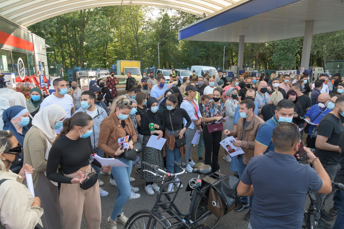 Honderden mensen kwamen vrijdagavond in Wilrijk samen om mee te zoeken naar Chadhi.