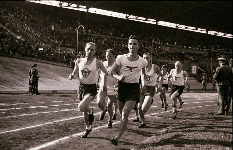 4 oktober 1941, sportfeest in het Olympisch Stadion. Beeld Franz Stapf / NIOD