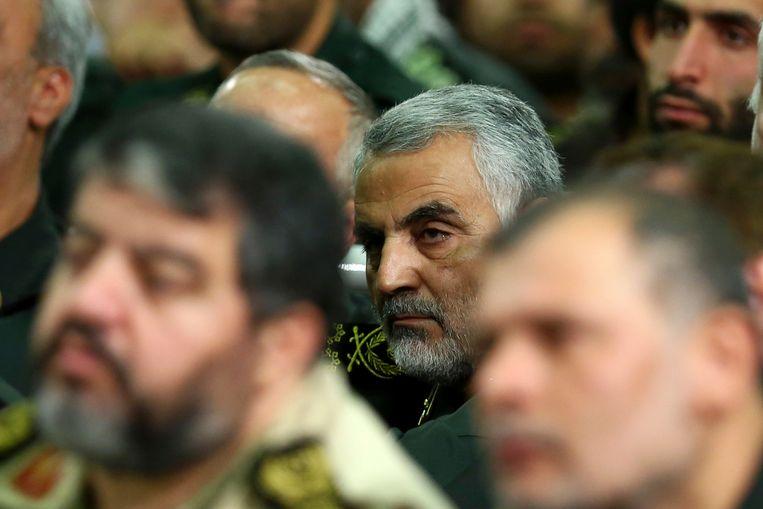 Generaal-majoor Qassem Suleimani, de leider van een schimmig onderdeel van Irans Revolutionaire Garde, tijdens een bijeenkomst met ayatollah Khamenei. Beeld AP