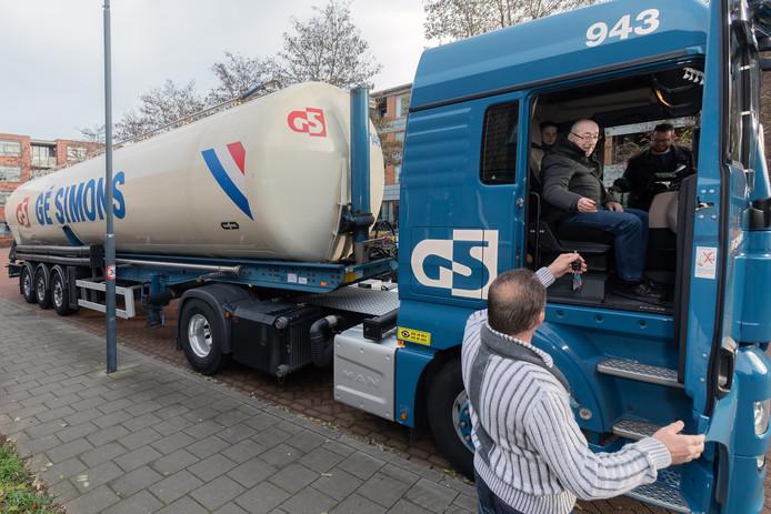 """Meneer Leen van Mook (bijna 85) uit Oosterhout had als wens op de wensboom in zorgcentrum Oosterheem in Oosterhout laten plaatsen dat hij graag nog een keer met een vrachtwagen mee wilde rijden. Zijn familie had daarop contact gezocht met het bedrijf van Ge Simsons, zijn oude werkgever. """"Wilde zelf rije ?"""" vroeg de chauffeur hem vlak voor vertek. Foto Pix4Profs / Johan Wouters"""