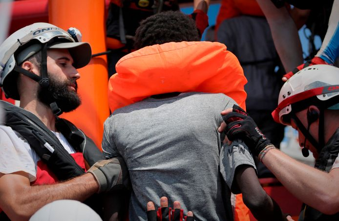 Reddingswerkers van de Ocean Viking helpen mensen aan boord.