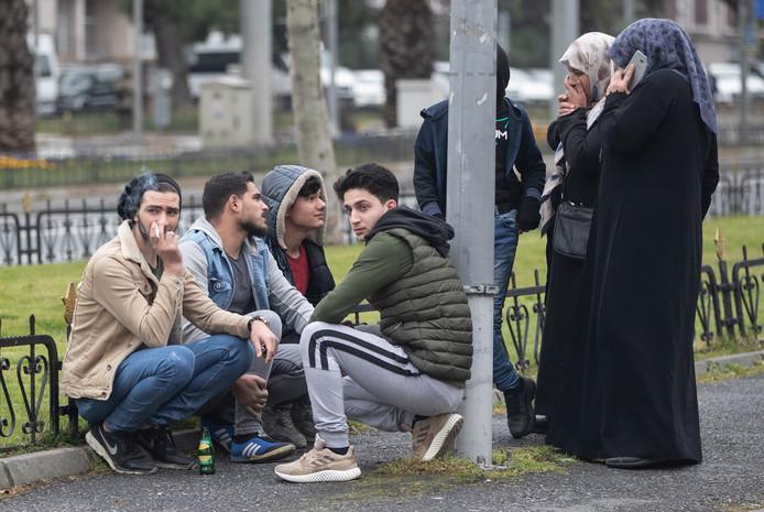 Syrische vluchtelingen wachten op de bus om naar de grens te reizen.