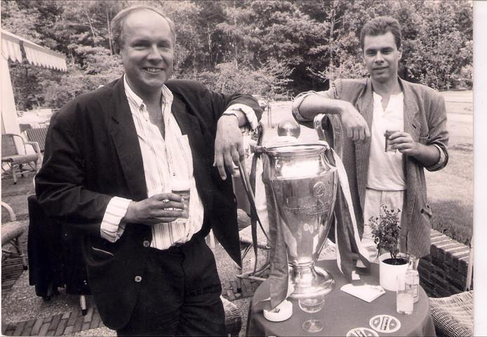 ED-verslaggevers Gerard Lukken (rechts) en Jan van Gijzel met de door PSV gewonnen Europa Cup.
