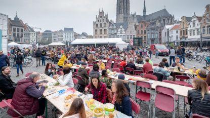 Massa picknickers viert 10de Langste Veggietafel
