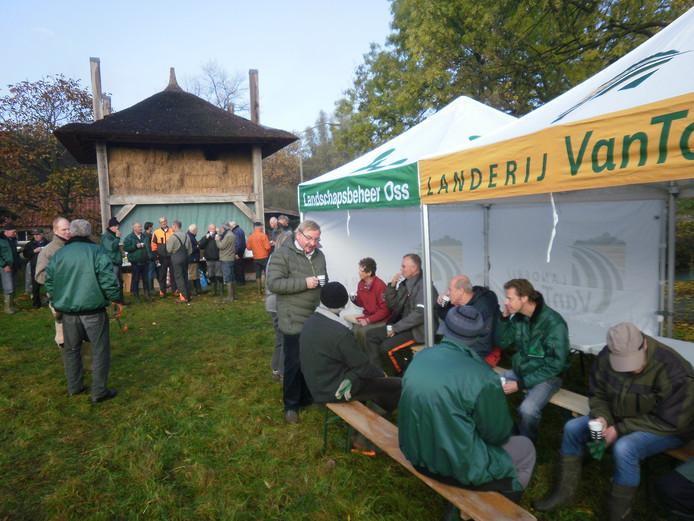 Meer dan veertig vrijwilligers verzamelden zich op zaterdag op de Natuurwerkdag.