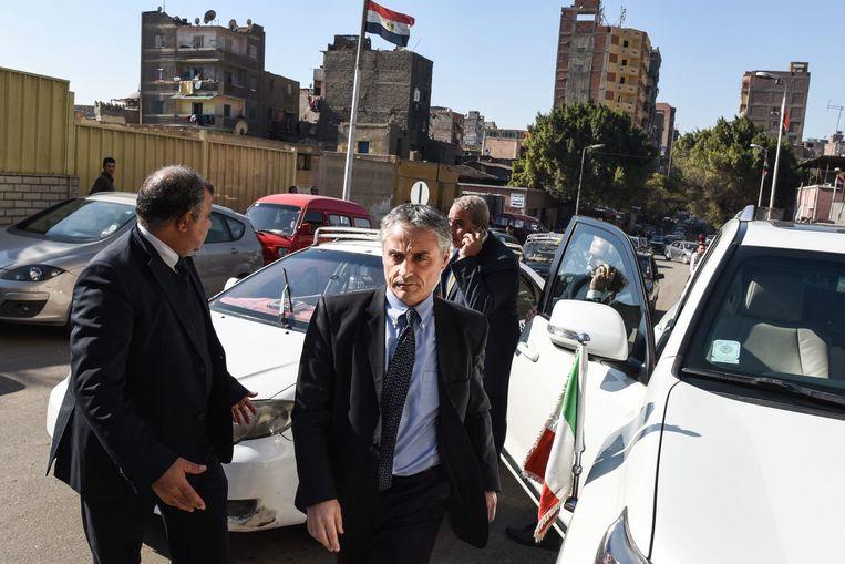 De Italiaanse ambassadeur in Egypte, Maurizio Massari (midden), arriveert aan het mortuarium in Caïro.