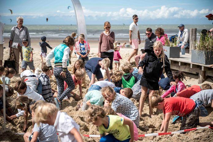 Jannis van de Voorde introduceerde het schatgraven bij De Zeemeeuw, hier in 2017.