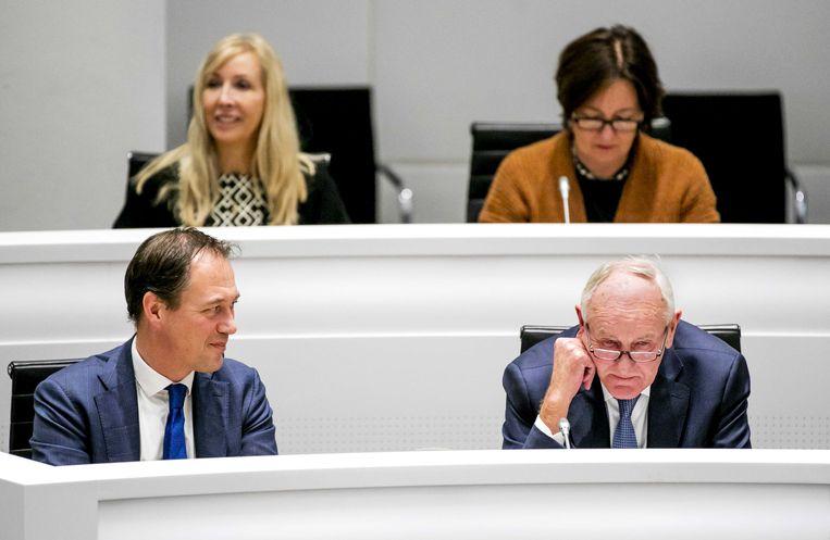 Johan Remkes (rechts) en Haagse wethouders tijdens een bijeenkomst van de gemeenteraad.  Beeld ANP