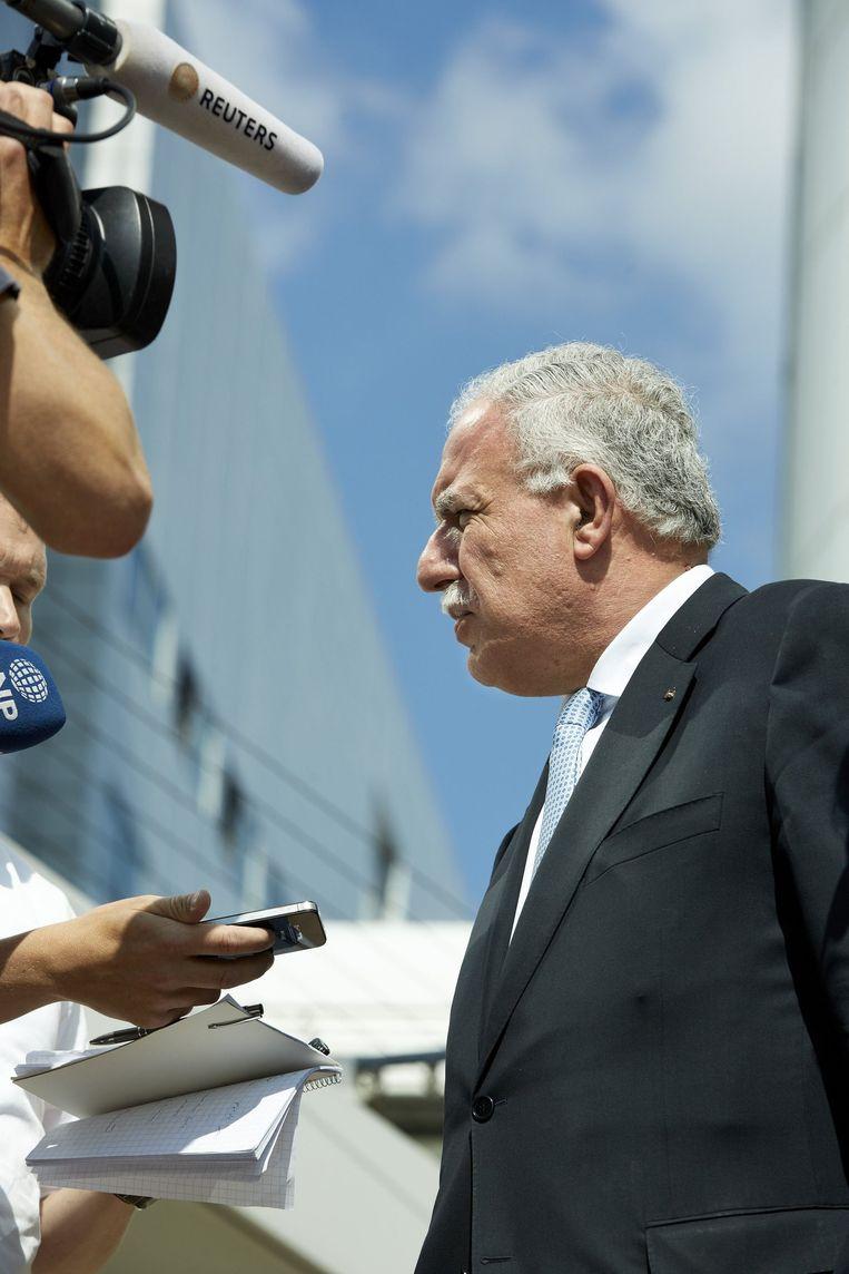 De Palestijnse minister van Buitenlandse Zaken Riad al-Malki staat de pers te woord tijdens zijn vertrek bij het Internationaal Strafhof. Beeld anp