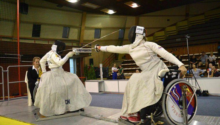 Viktoria Bojkova (R) op het WK rolstoelschermen in Hongarije. Russische sporters worden geweerd van de Paralympische Spelen vanwege het corrupte dopingbeleid in dat land. Beeld VK