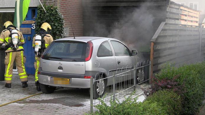Auto vliegt in brand voor schuur op de oprit in Terborg.