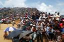 Duizenden Rohingya's namen vanochtend deel aan een gebedsdienst in het kamp Kutupalong in Cox's Bazar in Bangladesh.