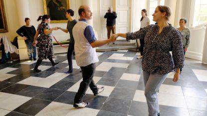 Dertigtal mensen leert dansen als edelman -of vrouw in kasteel d'Ursel
