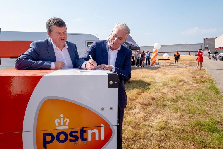 Bart Somers en Rudy Van Rillaer (Managing Director PostNL België) openen het nieuwe hoofdkantoor van PostNL.