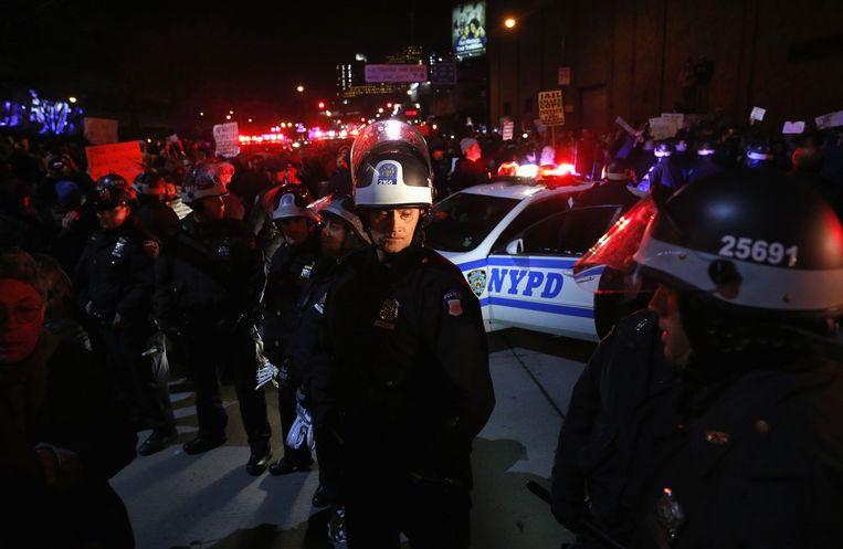 De politie houdt toezicht bij de groeiende stroom demonstranten in New York. Beeld reuters
