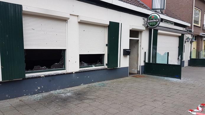 Ruiten van café 't Berghje liggen door de explosie aan diggelen.