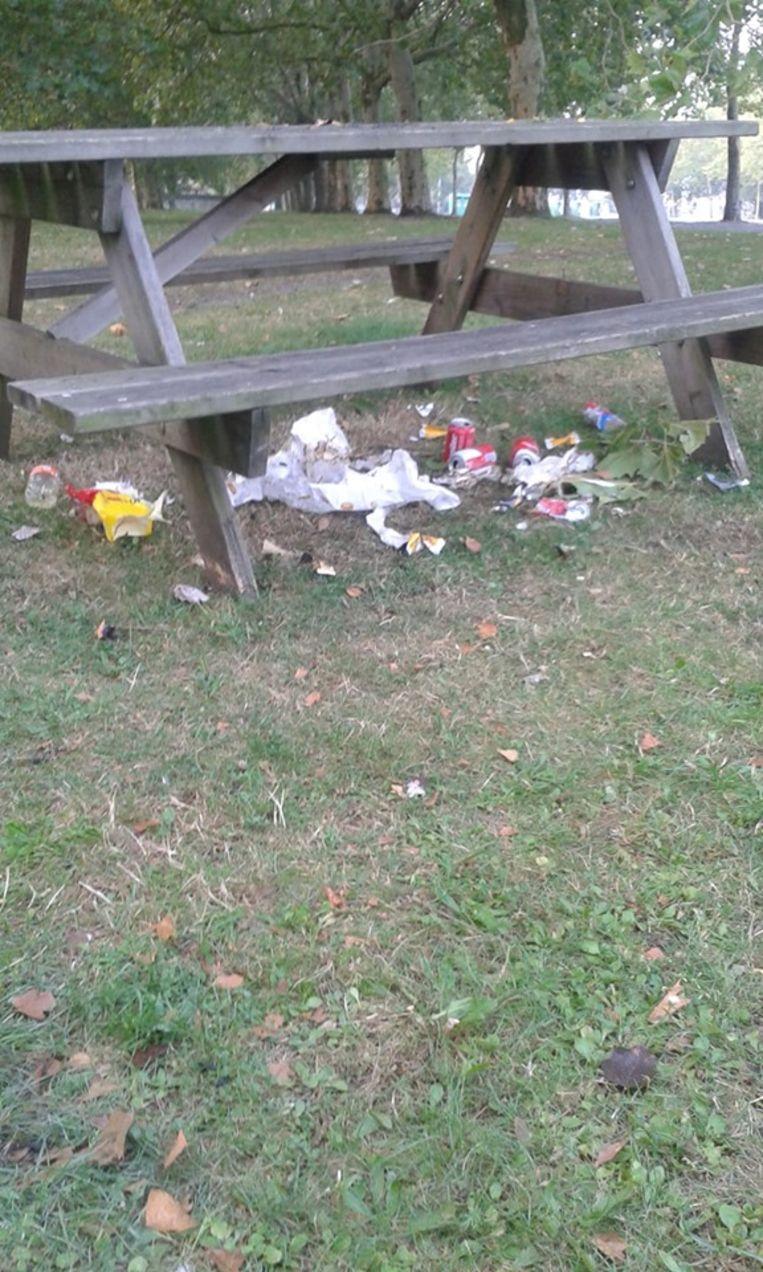 Deze foto van een picknickbank in het gemeentepark ontlokte een storm van reacties.