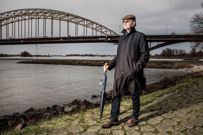 Ed d'Hondt bij de Waal in Nijmegen, de stad waarvan hij 25 jaar geleden burgemeester was.