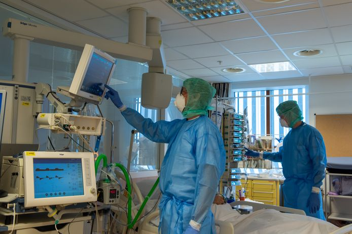 Werken in het Deventer Ziekenhuis tijdens de coronacrisis: werken in beschermende kleding.