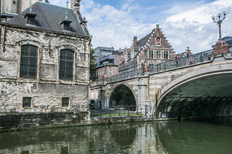 De jonge vrouw werd betast toen ze de fietsenstalling onder de Sint-Michielsbrug wou verlaten.