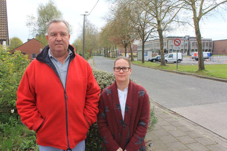 Jan Bael en dochter Caroline. Jan woont rechtover de gebouwen van Gates.
