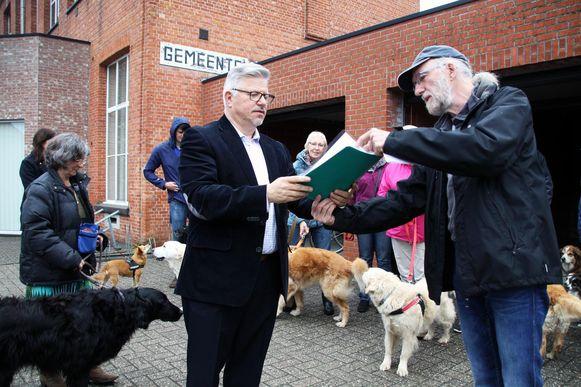 Schepen Luc Vloemans ontvangt de petitie met 350 handtekeningen uit de handen van Koen Vermeiren.