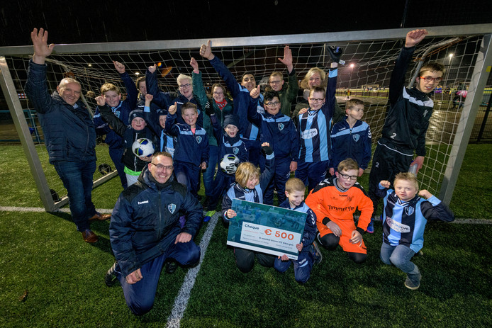 Kinderen van het G-voetbal van FC Eibergen krijgen na afloop van hun wekelijkse training 500 euro van de Nedap-medewerkers en zijn superblij met de 'vette cheque'.