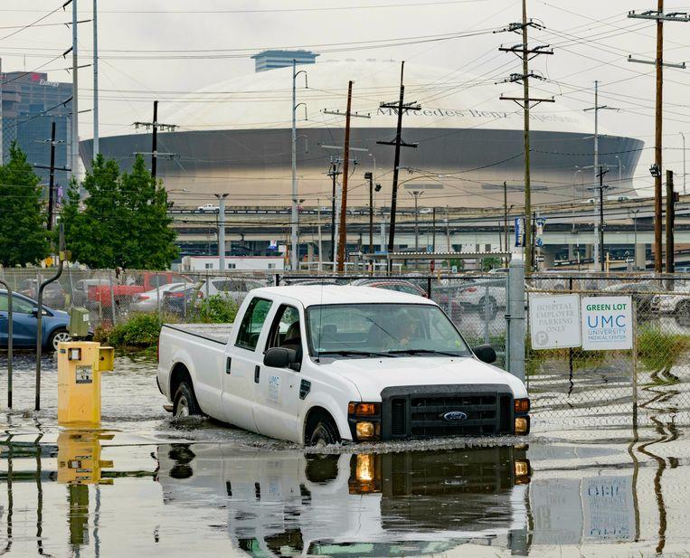 Een overstroomde straat in New Orleans, Lousiana, als gevolg van het noodweer.