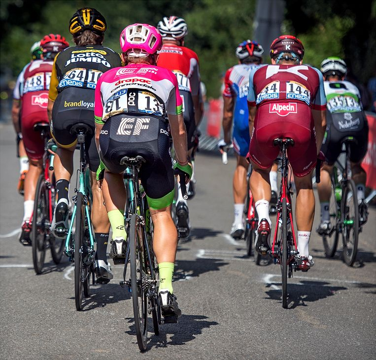 Lawson Craddock, van de EF Drapac Cannondale ploeg met nr 13, die met een scheurtje in zijn linker schouderblad rondrijdt op 500 meter voor de finish als allerlaatste van het hele peloton. Tour de France, 5e etappe in Quimper. 11 juli 2018. Beeld Klaas Jan van der Weij