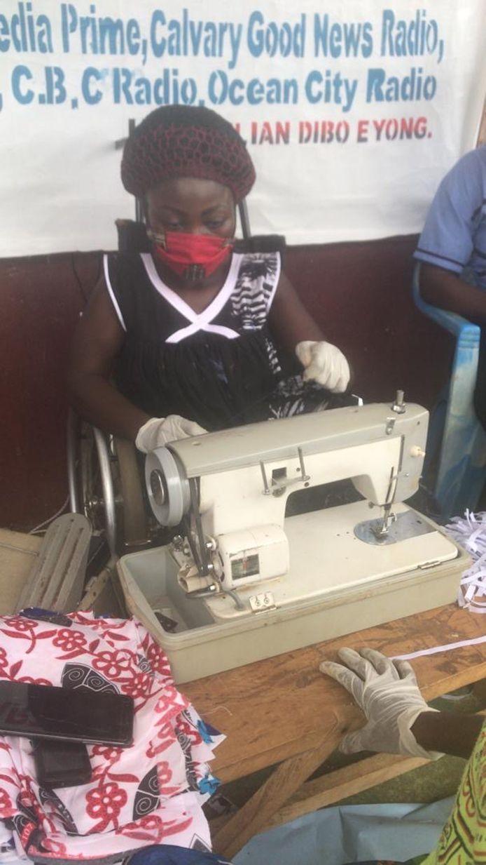Een Kameroense vrouw bezig met het maken van mondkapjes in het gezondheidscentrum van de Casey Troy Foundation in Bomono.
