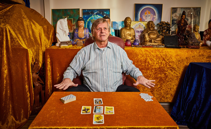 Martin Doornbos legt onder meer tarotkaarten om zijn voorspellingen te doen.