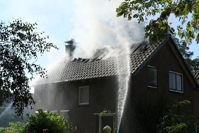 De brandweer is de brand aan het blussen.