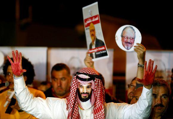 Betoger met een masker van de Saudische kroonprins, met op de achtergrond foto's van Jamal Khashoggi.
