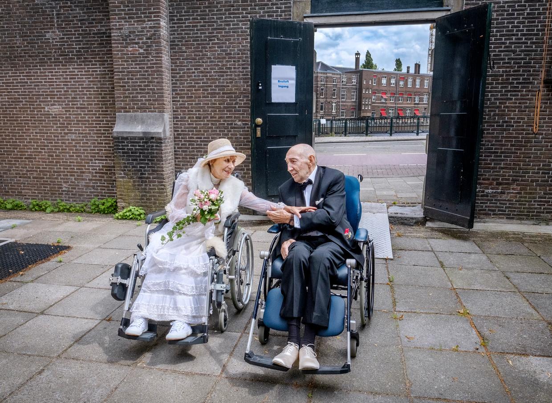 Annemiek Souwen (80) en Rodney Beddal (75) leerden elkaar kennen via het theater.    Beeld Patrick Post