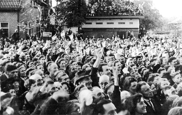 Zo werd de bevrijding op 19 april 1945 gevierd in het centrum van Epe.
