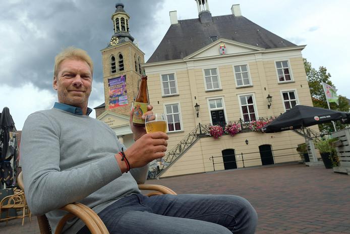 Rosada-baas François Peeters liet zich in augustus op de Markt fotograferen met een Roosendaals jubileum-biertje in de hand.