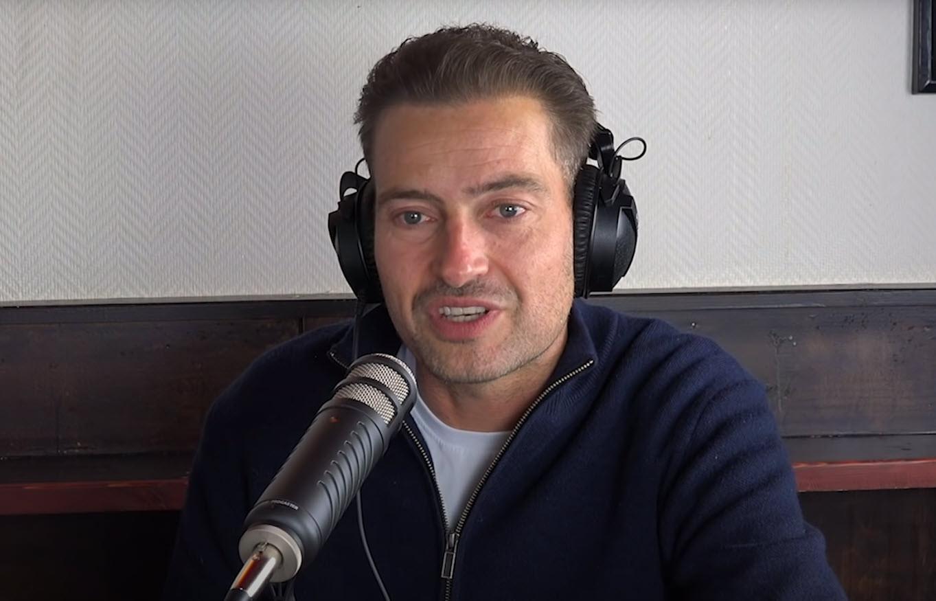 Rapper Lange Frans tijdens zijn podcast met 'graancirkelspecialiste' Janet Ossebaard.