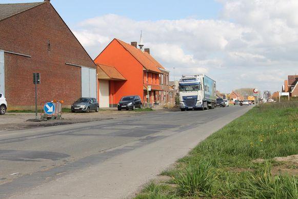 Door de trucks ligt de Oostrozebekestraat er slecht bij. Het oranje gebouw is de Sint-Jozefsschool.