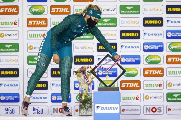 Winnares Irene Schouten pakt de medaille tijdens de huldiging van de 3000 meter op de NK Afstanden.