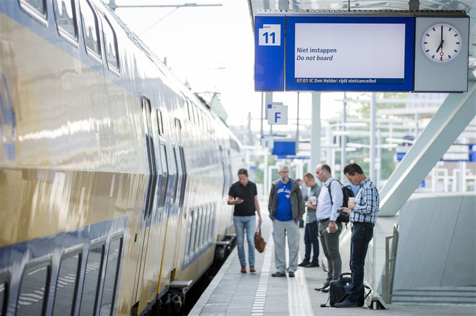 Reizigers op station Arnhem. Foto ter illustratie.
