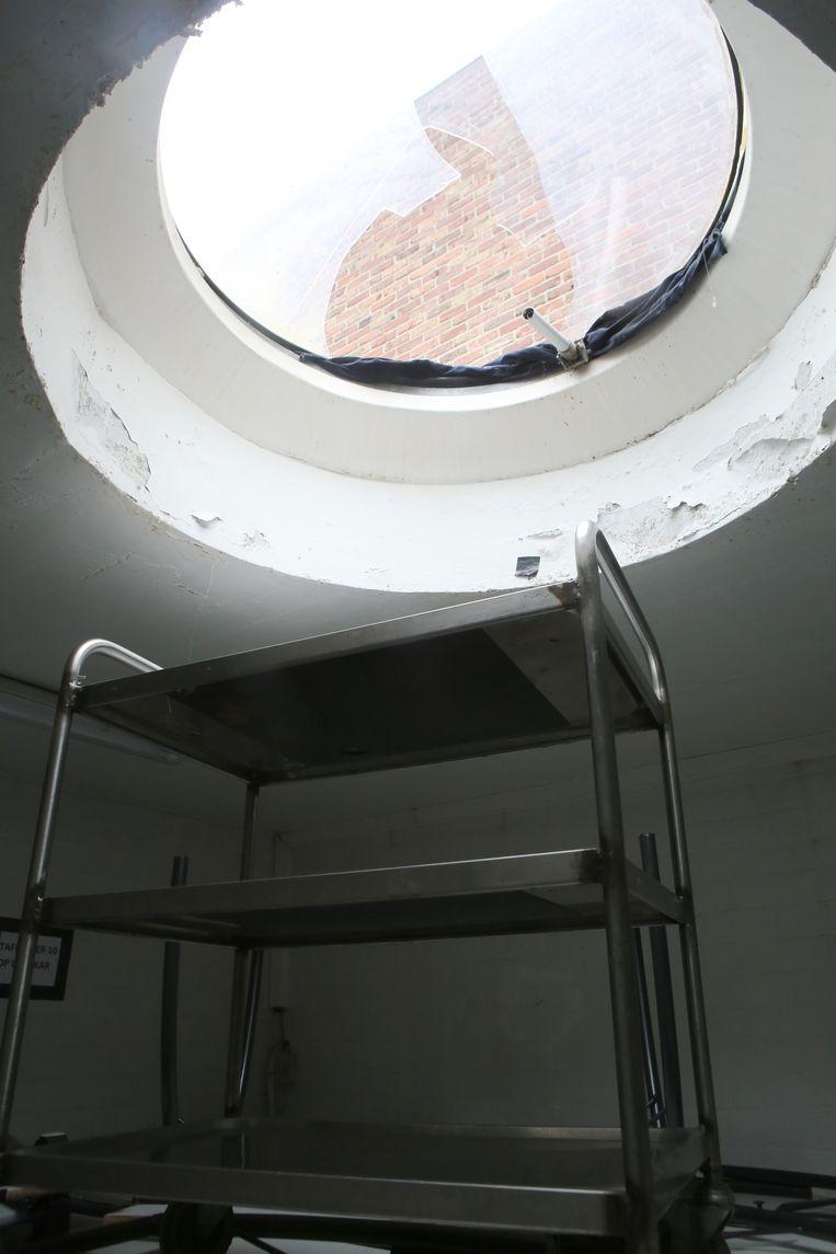 Een dienstkar gebruikten de dieven als laddertje om terug weg te raken via de lichtkoepel