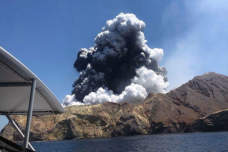White Island op maandag vlak na de uitbarsting van de vulkaan.   Beeld AFP