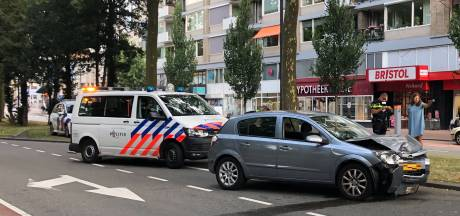 Auto knalt tegen boom in Dordtse Johan de Wittstraat