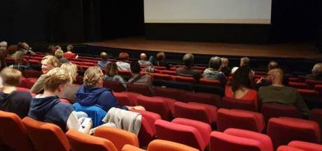 Uitverkocht in coronastijl: theater De Speeldoos ontvangt 70 bezoekers bij voorstelling vol concertclips