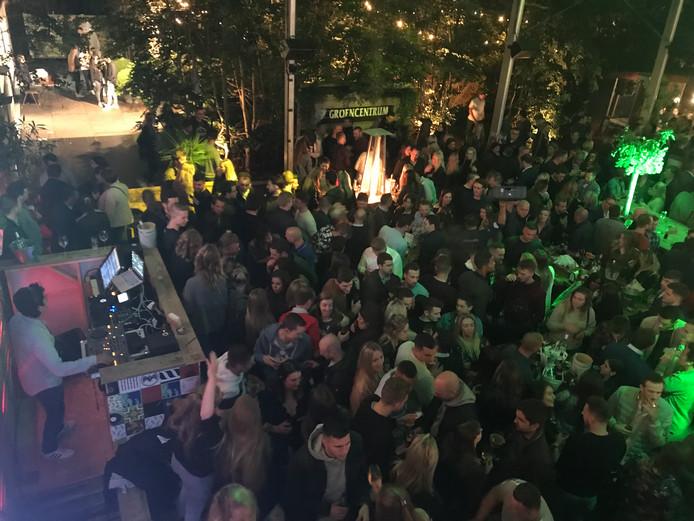 Een massa volk tijdens de opening van The Night