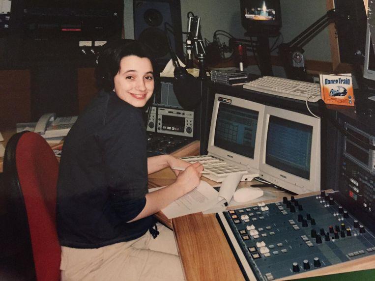 Nathalie Delporte als piephonge radiomaakster.